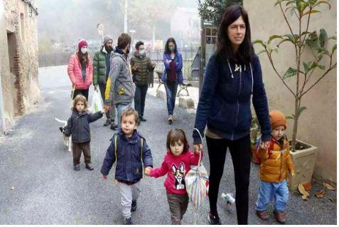 families-darboli-volen-recuperar-lescola-publica-al-poble-espai-afi-a-la-xell-la-muntanya